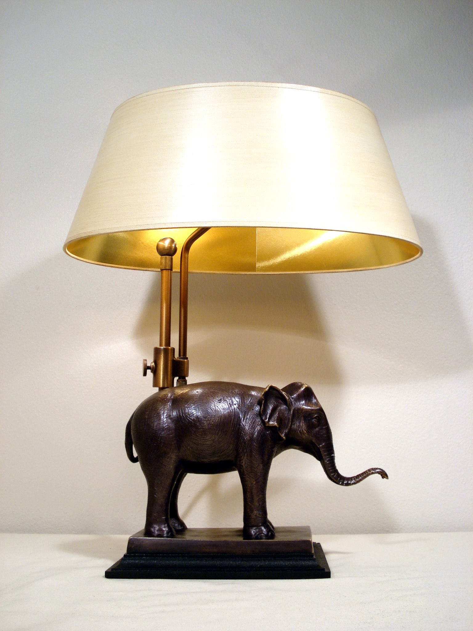 SI-204 - Tischleuchte, Lampenfuss Elefant in Bronze  auf Sockel, Signature Collection